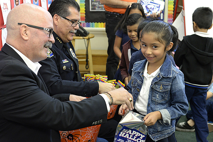 Police Foundation President Bruce MacRae, Police Chief Robert Luna and students at Muir